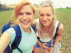 Veronika Zvařičová (vpravo) si skvěle rozumí i s největší českou biatlonovou hvězdou Gabrielou Koukalovou.