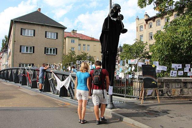 Pouliční slavnost se odehrávala v úseku od knihovny přes nýtovaný most až ke zverimexu.
