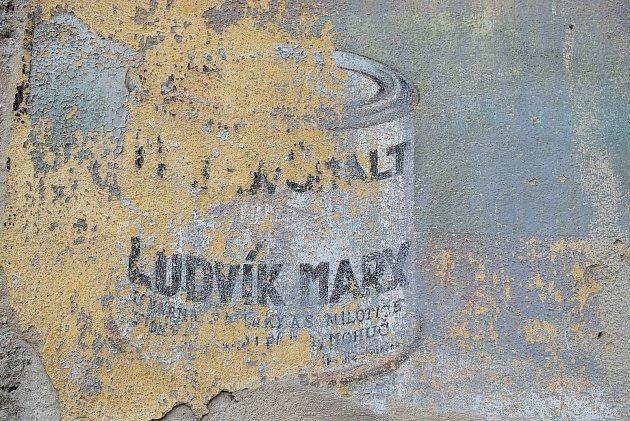 Lovecký zámeček vMiloticích postavili Lichtenštejnové. Před sto lety rodina Ludvíka Marxe přestavěla zámeček na  světoznámou fabriku. Rodina Františka Tomčaly zde vybudovala školu sinternátem a restaurátorské dílny.