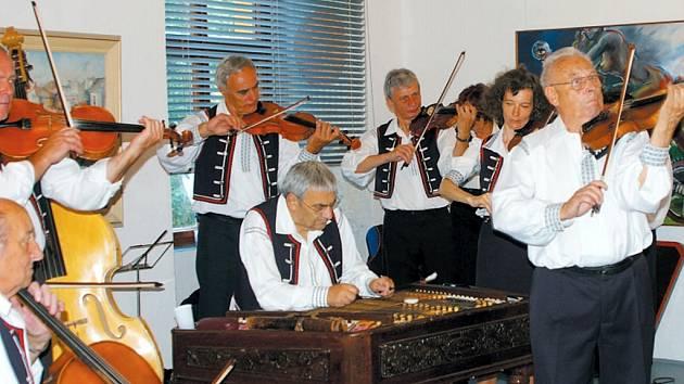 Vzpomínkovou výstavu na Vladivoje Jindřicha uvedl opavský herec Emanuel Křenek. O doprovod a příjemnou atmosféru se postarala krnovská cimbálová muzika.