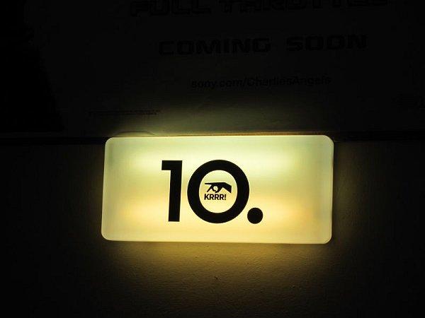 Pavel Tomešek, vedoucí kina Mír 70, vpromítací kabině kontroluje první filmy sedmdesátky, které ovíkendu dorazily do Krnova. Každý kotouč musí převinout a zkontrolovat, zda drží slepené části pohromadě.