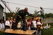 Dobrovolní hasiči v Krnově dopřáli školákům na dni otevřených dveří také adrenalinovou zábavu.