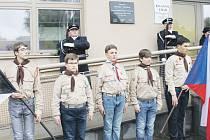 Čestná stráž při slavnostním odhalení pamětní desky Alfonse Kavalce na budově Finančního úřadu v Bruntále.