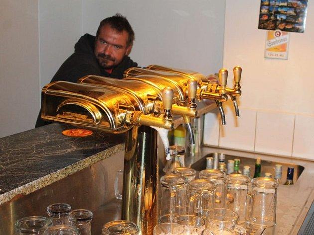 """Jiří Hofman z Bruntálu si rád zajde po práci na pivko, s kamarády dá rád i nějakého toho """"tajtrdlíka"""". Zákaz prodeje tvrdého alkoholu štamgastovi vadí."""