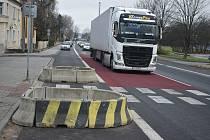 """Krnované betonové zátarasy v Bruntálské ulici nemají rádi, ať už jsou cyklisté nebo motoristé. Dali jim žertovnou přezdívku """"past na cyklisty""""."""