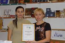 Nejlepším turistickým infocentrem se po vítězství v celostátní anketě pyšní Krnov. Oficiální tečku za úspěšným výsledkem učinily pracovnice centra, které převzaly vítězný certifikát.