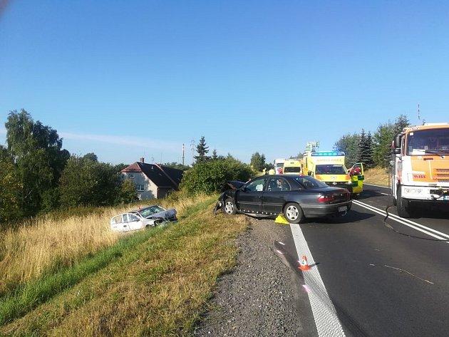 Místo, kde se střetla Astra s Omegou. Nehoda, ke které došlo 3. srpna ráno  mezi Novými Heřminovy a Bruntálem měla vážné následky. Policie hledá svědky a náklaďák s návěsem.