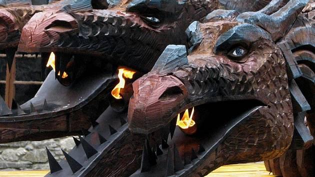 Desetimetrový drak chrlící oheň se stal hlavní atrakcí akce na hradě Sovinci nazvané Probouzení draka. Lidé si také mohli vyzkoušet hod oštěpem na medvěda.