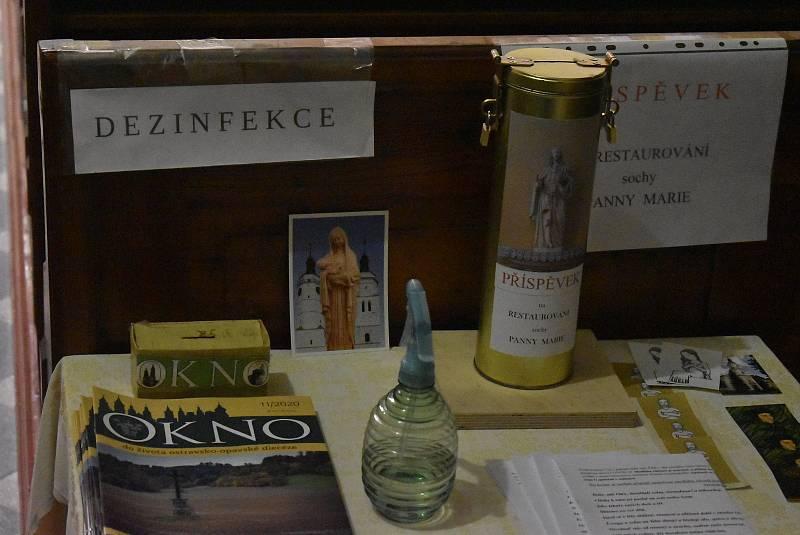 V krnovském kostele sv. Benedikta je kropenka suchá. Dezinfekce na ruce je k dispozici na jiném m místě.
