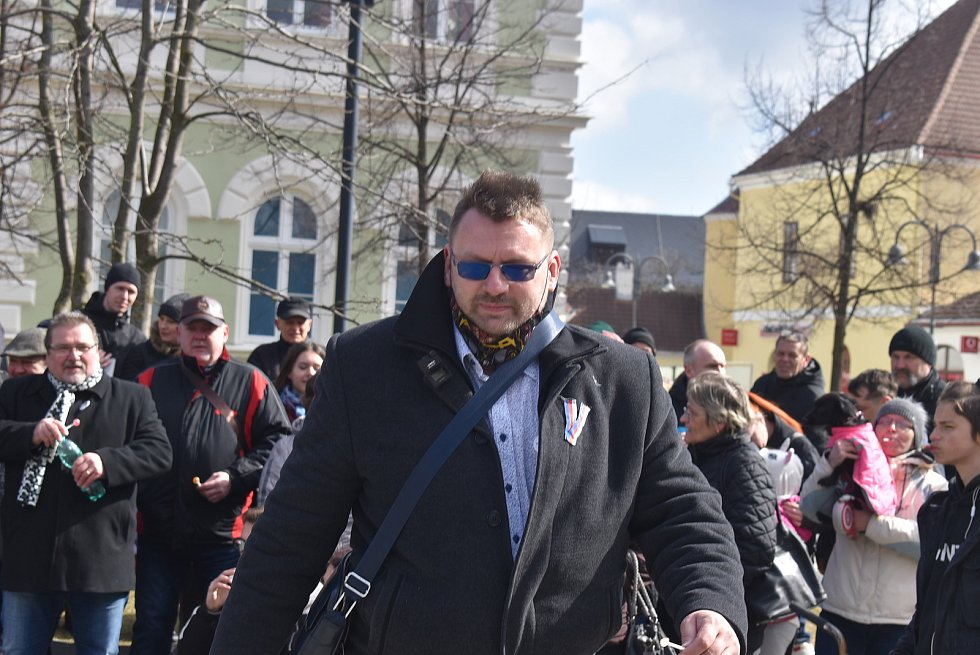 Fanoušci Lubomíra Volného si nakoupili v krnovském Albertu a pak vyrazili s lízátky na společnou procházku.