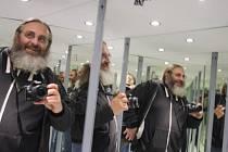 Úvalenští už nemusí na Petřín. Vybudovali si stejně velký vlastní zrcadlový labyrint. A redaktoři Deníku se v něm málem ztratili.