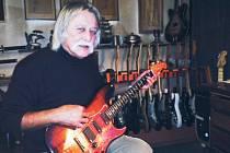Svou nejoblíbenější kytaru si Jaroslav Pirkl postavil sám. Hraje na ni prakticky denně.