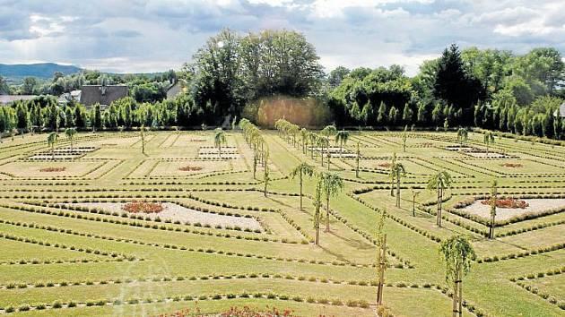 Zámecký park ve Slezských Rudolticích se každým rokem trošku změní podle toho, jak se daří nové výsadbě.