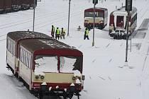 Železničáři mají za sebou perný den. Takto vypadalo odklízení sněhu z kolejiště a z nástupiště ve stanici Krnov Hlavní nádraží.