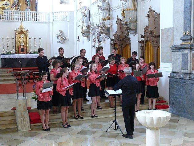 Hudební sdružení Krnov po koncertě ve Fronhofenu. Krnovský rodák Heinz Hübner  je vpředu devátý zleva.