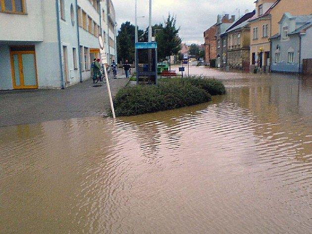 Podle místostarostky Aleny Krušinové na křižovatce u Cvilínského nádraží scházelo pár centimetrů vody, aby byla vyhlášena evakuace Domu s pečovatelkou službou.