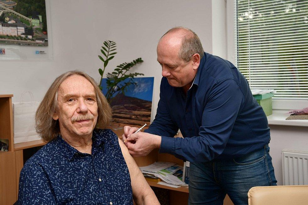 Ředitel krnovské nemocnice Ladislav Václavec (vpravo) při očkování Jarka Nohavici.