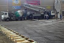 Betonová deska pod hrací plochou je velká 1700 metrů čtverečních  má tloušťku 12 centimetrů. Na její zhotovení jsme potřebovali 260 metrů krychlových betonu.