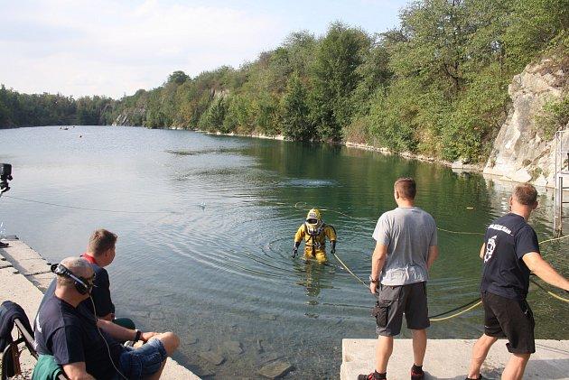 Společného cvičení policejních a báňských potápěčů uzatopeného lomu Šifr uSvobodných Heřmanic.