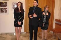 Fotograf Josef Polášek při vernisáži v bruntálském divadle představil divákům dvě dívky, které mu pózovaly na fotografiích.