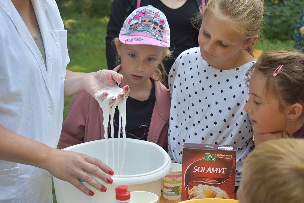 Zámecký park, Město Albrechtice 21. července: Kateřina Hrabalová o prázdninách nabízí dětem  zábavné pokusy a zážitky ze světa chemie a fyziky.