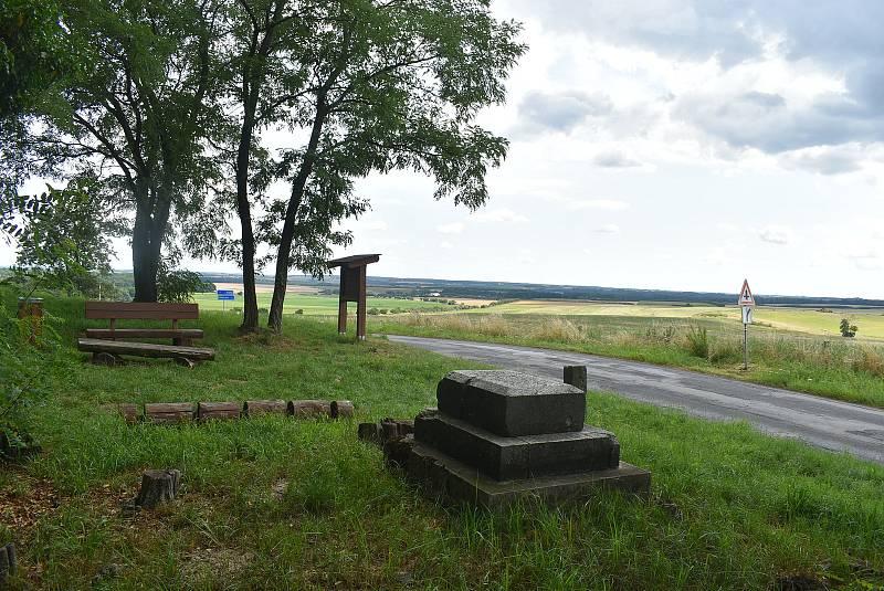 Dubovec jako nejvyšší bod Dívčího Hradu  má ideální podmínky pro stavbu rozhledny. Stávala zde kaple, kterou zničily boje na konci války.