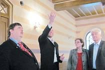 Jan Stejskal ukazuje obnovenou krásu krnovské synagogy Berndtovi Posseltovi (vlevo) a Waltrovi Kudlichovi (vpravo), kteří navštívili Krnovsko u příležitosti stoletého výročí otevření úvalenské rozhledny.