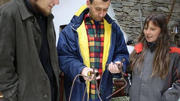 Zakladatel lichnovského Muzea vidlí Jan Gemela představuje novou sekci týrané vidle. Ta shromažďuje odstrašující příklady, jak bychom se k tomuto nástroji rozhodně chovat neměli.
