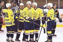 První pětka krnovských hokejistů oslavuje gól v hornobenešovské síti. Zleva Jan Kostovský, Pavel Michálek, Jaromír Bednárek, Ondřej Pavlica a Roman Ševčík.