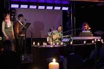 U Hřebíčků se v sobotu 15. prosince sešli po mnoha letech zase na jednom pódiu. Vzpomínkovým koncertem při svíčkách si své studentské hudební začátky oživili Ivan Gajdoš, Zdeňka Mičanová, Jana Ranostajová a Jirka Chroust Chrastina.