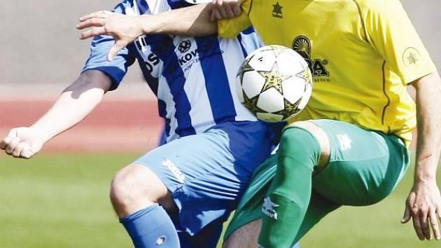 Fotbalisté Jiskry přivezli všechny body z Vítkovic. Zajistil je gólem dvě minuty před koncem Ondruška (na snímku ve žlutém).