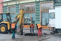 Práci havarijní čety na krnovském náměstí s napětím sledovali organizátoři vánočního jarmarku. Výkop mohl být pro tisíce návštěvníků nebezpečný.