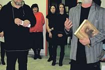 O díle Bohuslava Reynka velice zaujatě vyprávěl při zahájení výstavy obdivovatel Reynkových prací profesor rýmařovského gymnázia Vladimír Stanzel (vlevo). Fotograf Jindřich Štreit (vpravo) divákům ukázal výpravnou publikaci věnovanou Reynkově tvorbě.