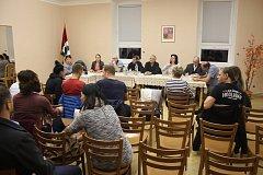 Zastupitelstvo Nových Heřminov má sedm členů. Kandidátka proti přehradě má čtyři zastupitele, kandidátka Občané pro rozvoj obce tři. Jejich programy jsou v otázce nového územního plánu protikladné a neslučitelné.
