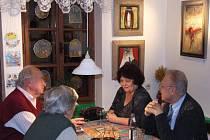 Příležitost k setkání mají karlovičtí obyvatelé i návštěvníci obce v Penzionu U řeky, kde je čeká strava nejen pro žaludek, ale i pro oko a duši.