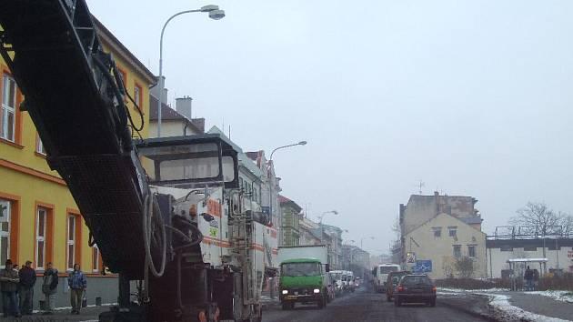Průjezd Revoluční ulici bez újmy na vozidle chce i kus štěstí.