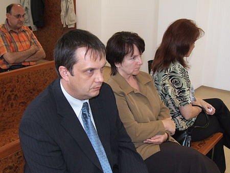 Petr Jarmar, Jana Jílková a Jana Vyrubalíková (zleva) vyslechli ve středu odpoledne rozsudek za daňové podvody.