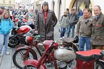 Benzín voněl a motory burácely o víkendu v centru Bruntálu, kam se sjeli motorkáři, aby společně oficiálně zahájili letošní jezdeckou sezonu.