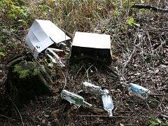 Lahve ležely v příkopu. Neměly kolek a měly etikety napodobující produkty oficiálních výrobců tvrdého alkoholu.
