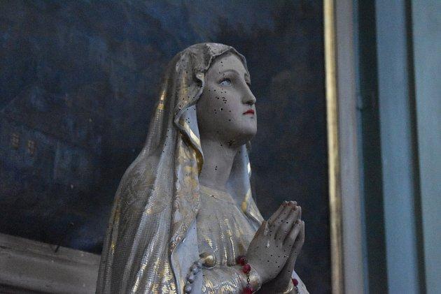 Bohoslužba vHolčovicích vdobě covidové: hrstka věřících, respirátory, dezinfekce a aktuální události vglosách faráře Pavla Zachrly.