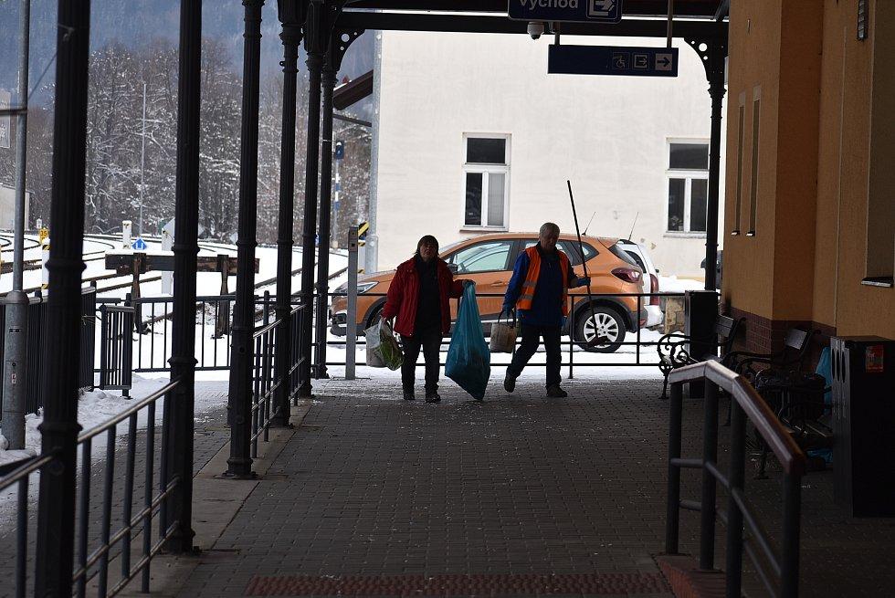 Nádraží v Jeseníku má dnes naprosto stejné sloupy jako nádraží v Housatech. Shoduje se vchod do restaurace, kolejiště v zatáčce i svahy v pozadí.
