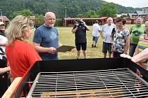 Grilovací sezona a astronomické léto začaly v Janově originálně. Setkáním sousedů u nového veřejného griloviště, které vyhráli v soutěži.