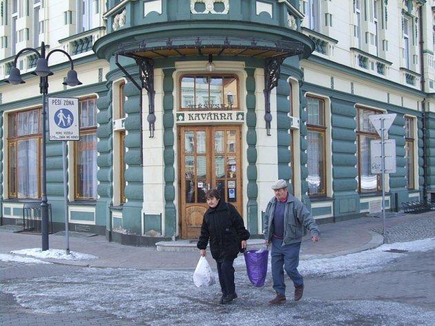 Na oknech a dveřích Městské kavárny v Krnově jsou od jara letošního roku cedulky Zavřeno. Rada města Krnova bude tento týden projednávat další osud kavárny.