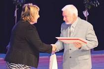 Ředitel Základní školy v Břidličné Miroslav Šimůnek převzal v Ostravě ocenění za ekologické aktivity školy.