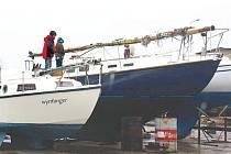 Loď pro mořské plavby. Jachtař Tomáš Svoboda si pořídil pro plavbu na moři starší plachetnici vyrobenou v Anglii v roce 1975. Loď je ale třeba ještě upravit a vybavit. Na snímku je to ta větší, se stěžněm položeným na palubě.