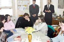 Job centrum Moravia zvalo na své akce krnovské politiky i úředníky. Na snímku z roku 2005 je ředitel JCM Michlal Perout (vlevo) s tehdejším místostarostou Ladislavem Sekaninou. Slibnou spolupráci kolem roku 2010 ukončily hádky, dluhy, soudy a exekuce.