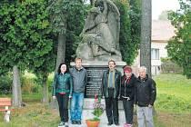 Zástupci jednoty Československé obce legionářské Bruntál u památníku v Liptani.