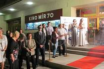 Krnovské kino Mír 70 rozvinulo v pátek červený koberec jako na festivalu v Cannes, aby na premiéře přivítalo delegaci tvůrců filmu Vlk z Královských Vinohrad.