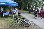 """Policisté postavili svůj infostánek na cyklostezce z Krnova do Opavy.  V rámci akce  """"Na kole jen s přilbou"""" diskutovali s cyklisty, jak mohou zvýšit bezpečnost."""