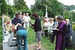 Hildegadu Weber k poslednímu odpočinku na lichnovském hřbitově uložila starostka Marta Otisková a krnovský kněz Karel Slíva.  Pohřbu se zúčastnily kromě příbuzných také desítky německých rodáků z Lichnova a z Krnovska.